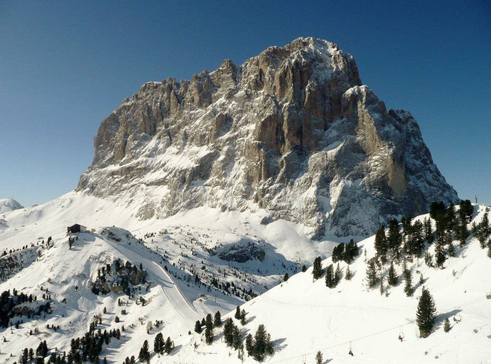 Dolomiten und Wandern? Auch im Winter gibt es präparierte Wanderwege.