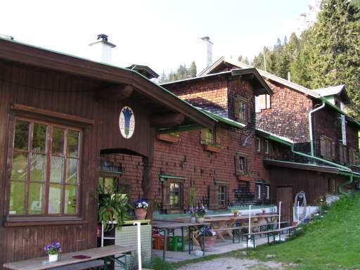 Bergwandern im Herbst. Die Vorderkaiserhütte ist fast ganzjährig geöffnet