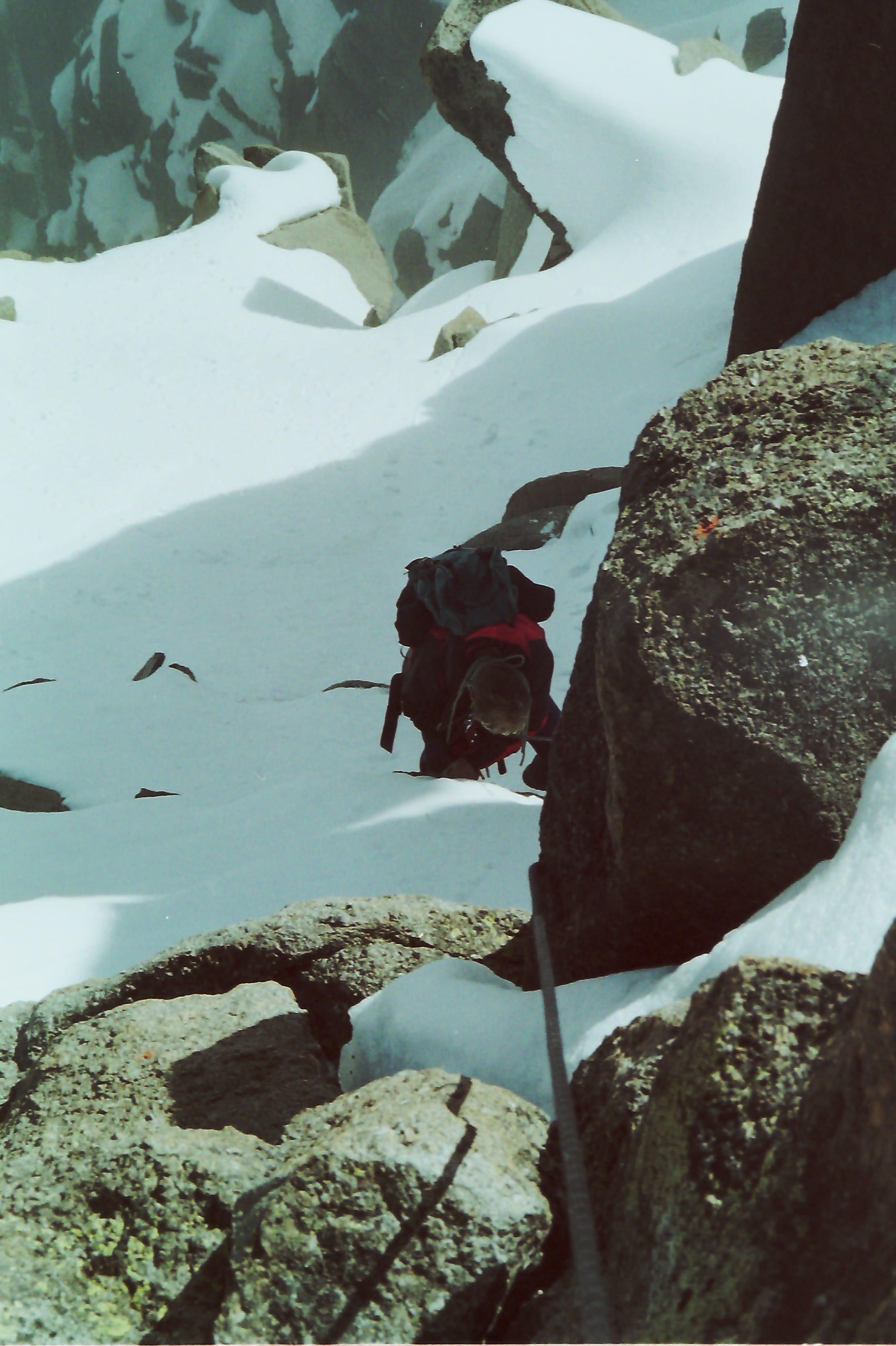 Aufstieg durch ein Schneefeld
