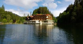 Blick vom Tristacher See auf das Parkhotel