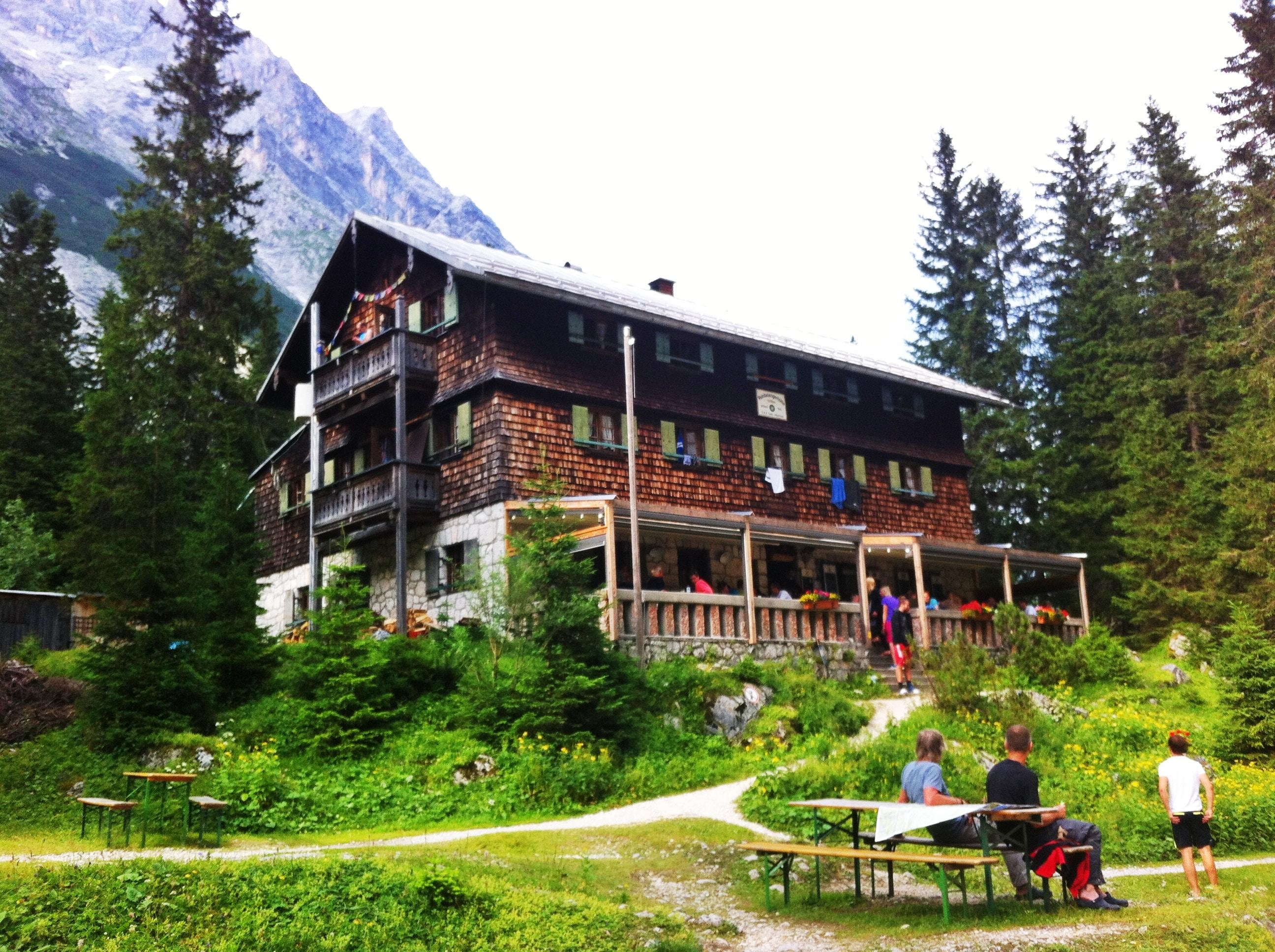 Blick auf die Reintalangerhütte im Reintal - Übernachtungshütte beim Aufstieg zur Zugspitze
