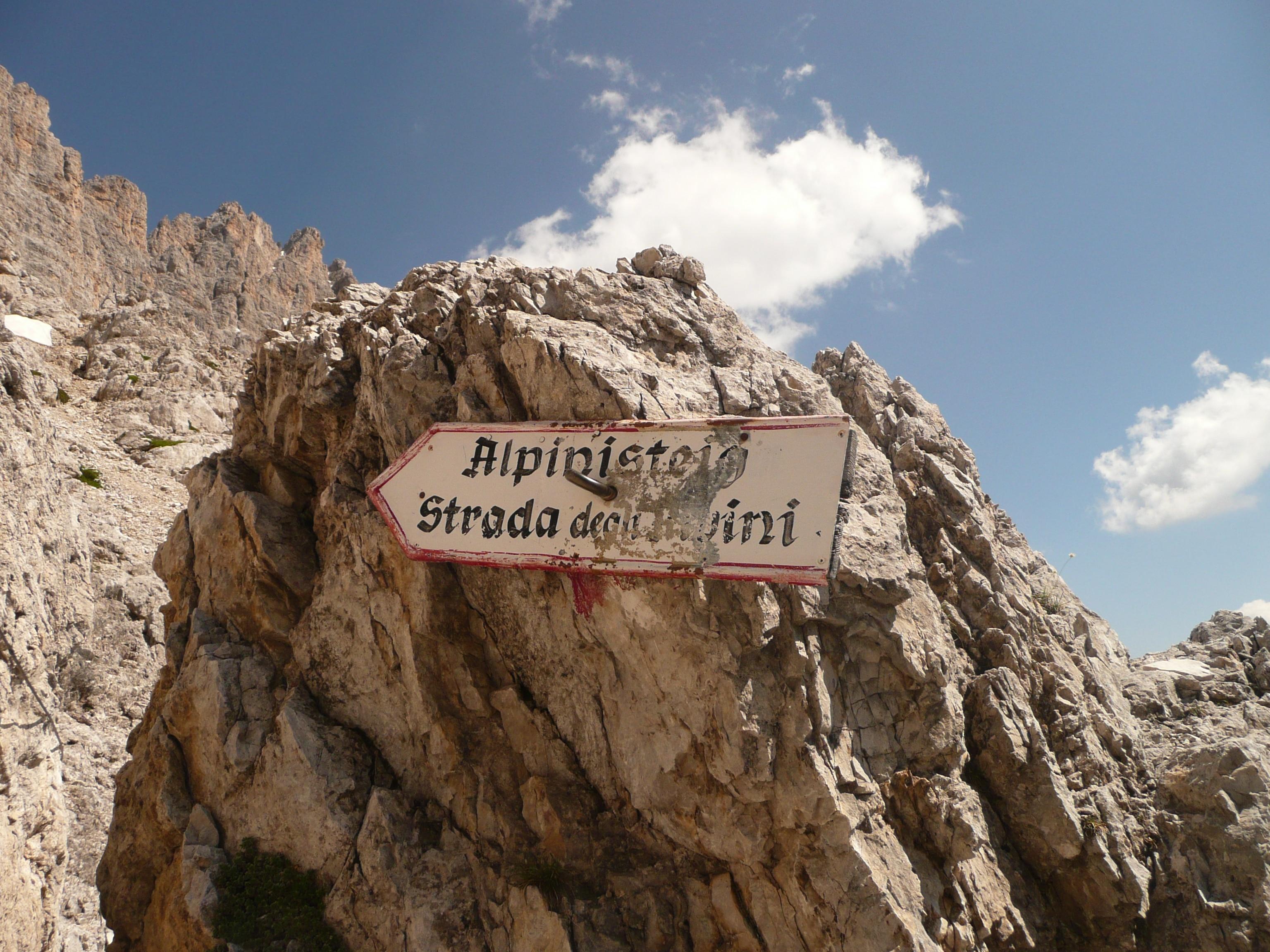 Durch die senkrechten Felswände des Elfers führt der berühmte Alpinisteig (Strada degli alpini) heute als Klettersteig auf ehemaligen italienischen Versorgungspfaden zur Sentinellascharte.