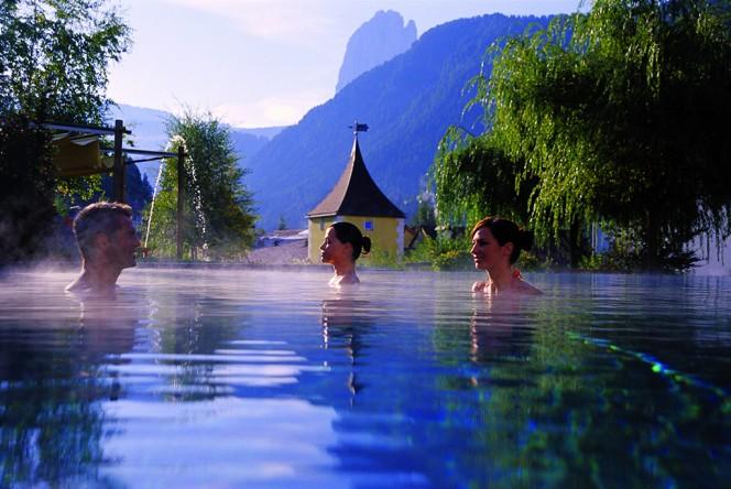 Hotel Adler Dolomiti (c) Pool: Traumkulisse