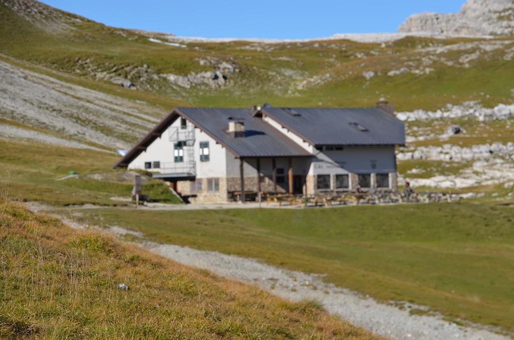 Die Puez Hütte in den Grödener Dolomiten