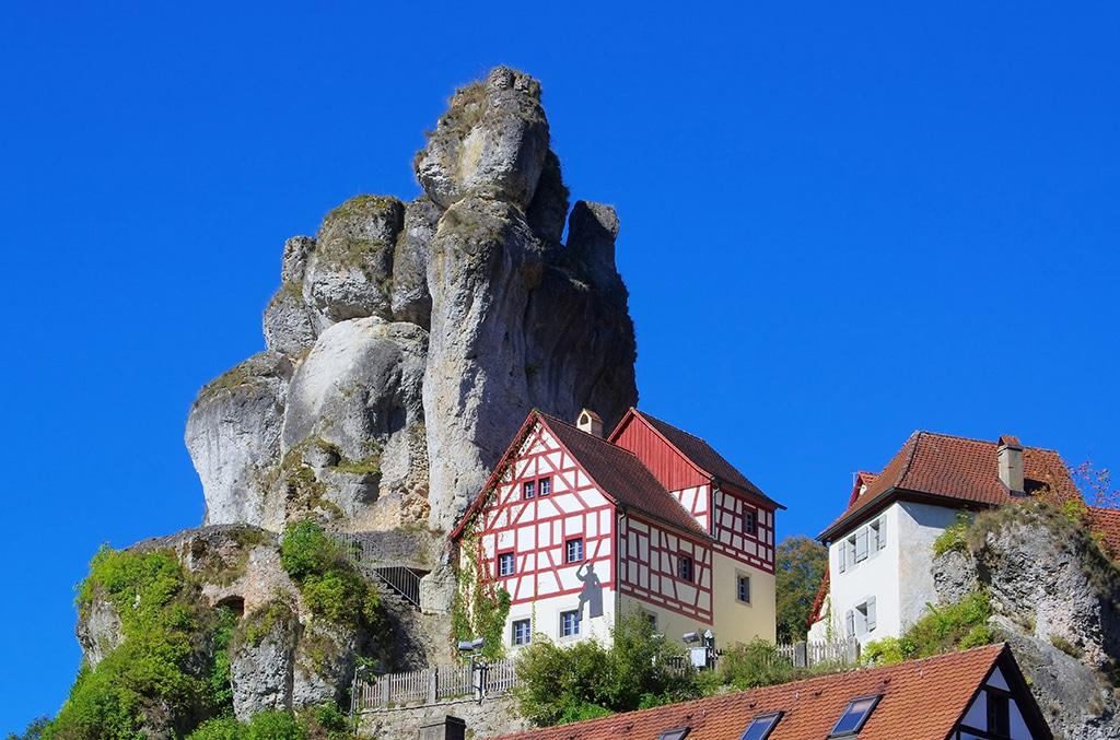 """Fränkische Schweiz: Blick auf ein typisches Felsendrof im """"Wanderparadies"""""""