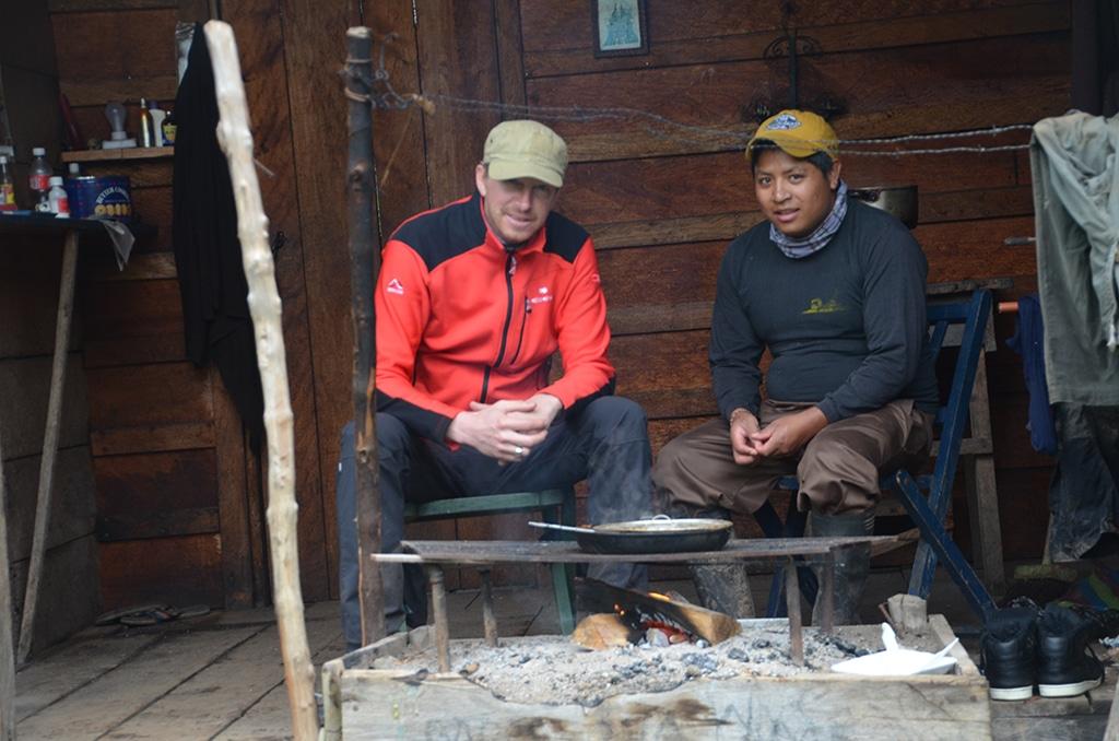 Die Feuerstelle der Arbeiterhütte: Abendessen im Nebelwald bei Mindo