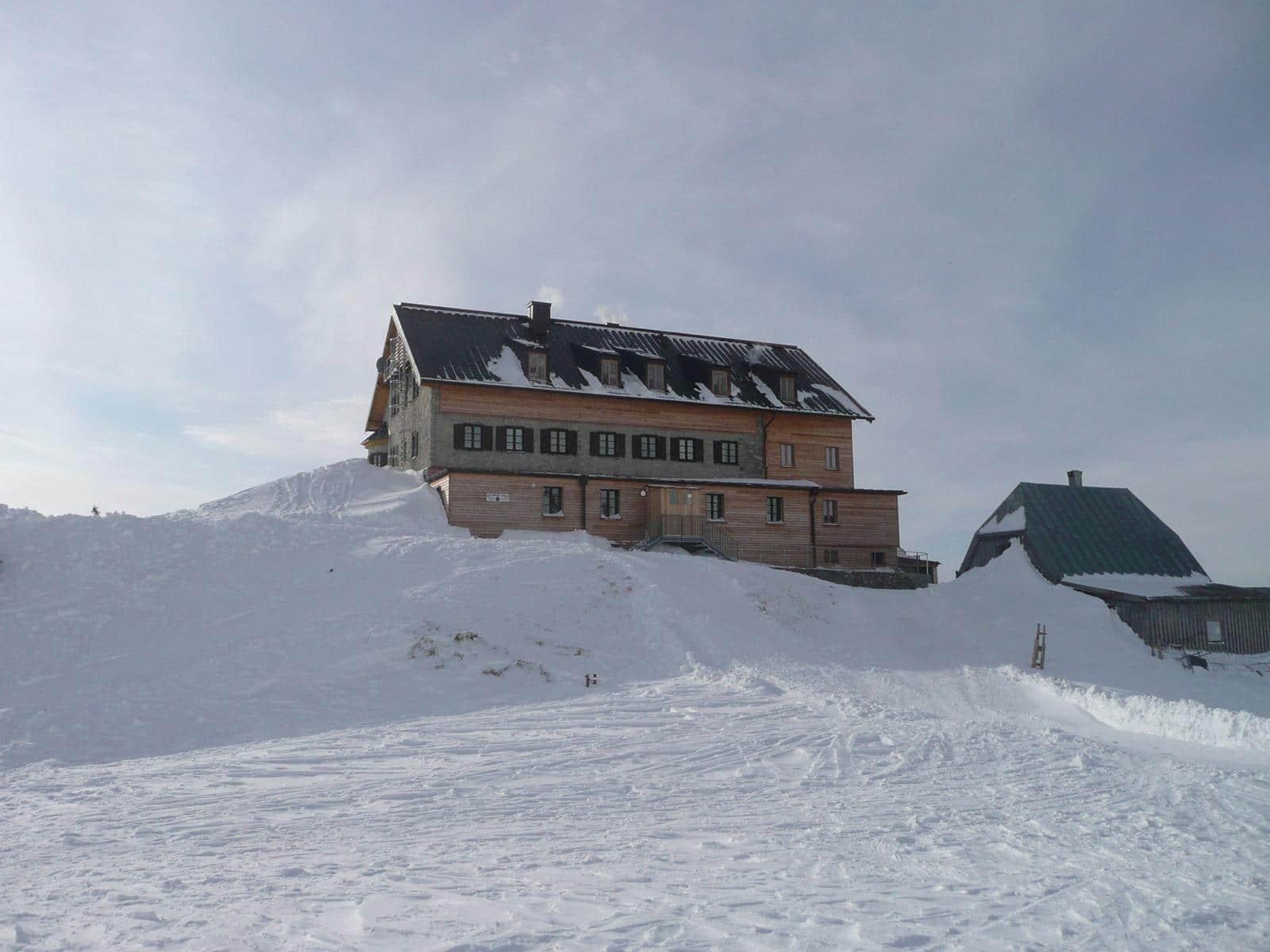 Rotwandhaus am Spitzingsee: Tief verschneit und Ziel von Winterwanderern und Skitourengehern