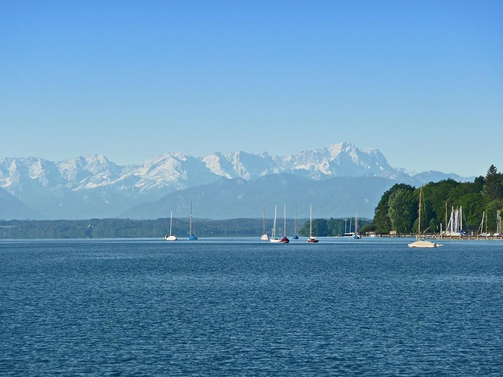 Der Starnberger See Panorama mit Blick auf die Alpen und die Zugspitze