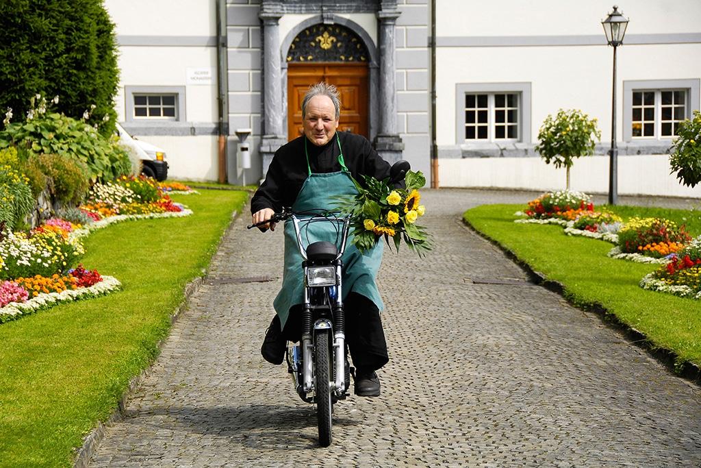 Auf dem Weg zur Arbeit – die Bewohner des Benediktinerklosters Engelberg in der Zentralschweiz sind keineswegs in der alten Zeit hängen geblieben   Bildnachweis: Engelberg-Titlis/Christian Perret