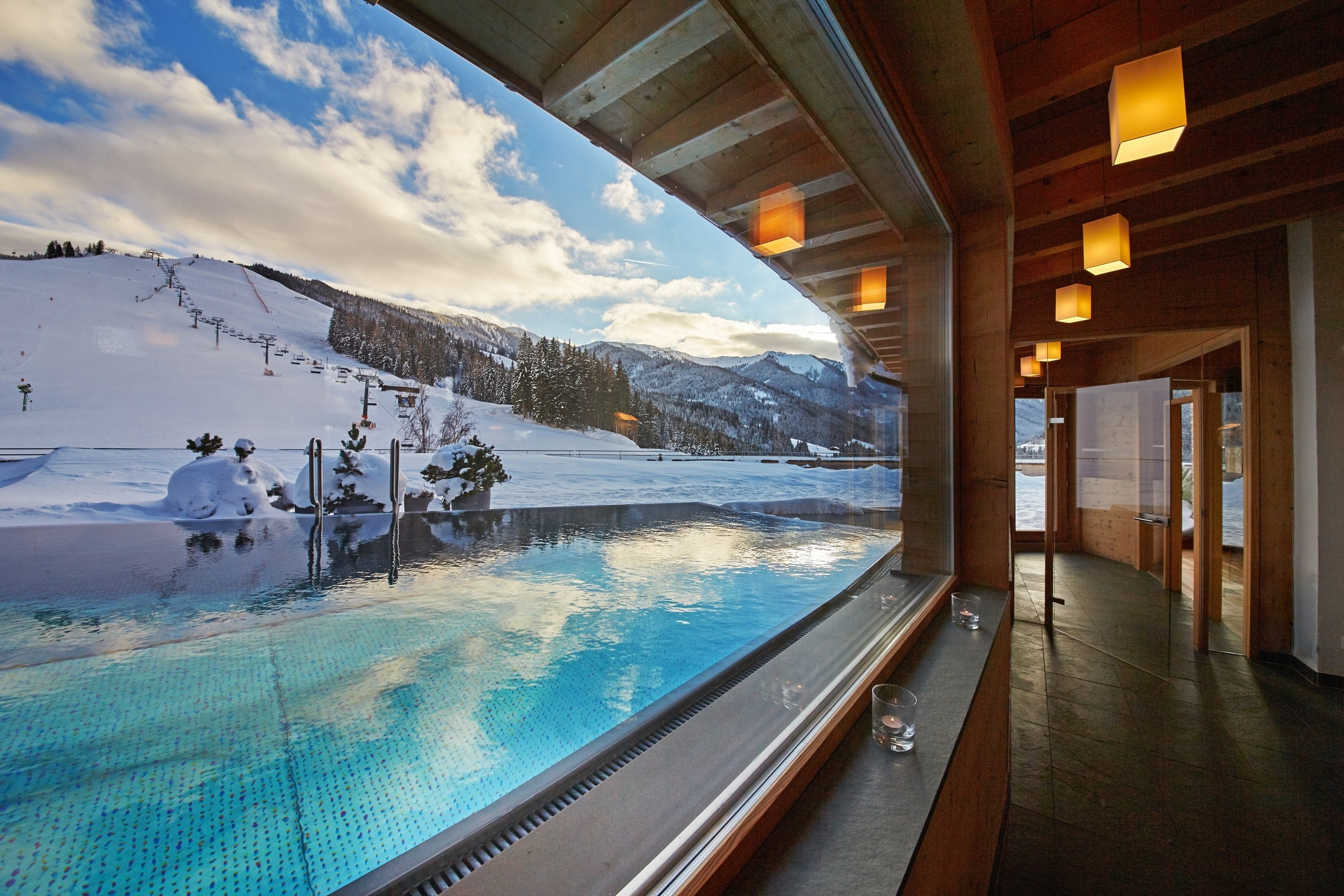 Blick ins Schwimmbad Holzhotel Forsthofalm in Leogang